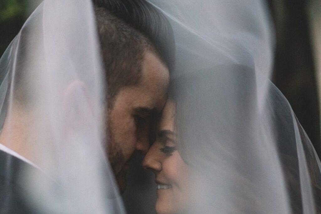 Mladoženja i mlada ispod svadbenog vela