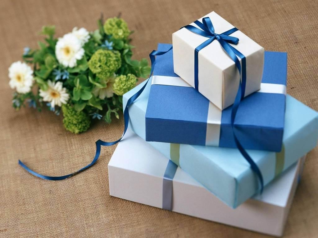 Svadbeni pokloni ukrašeni plavim mašnama